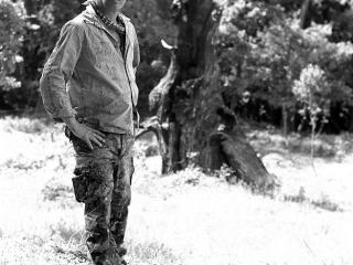 Philippe-Pastor-devant-arbre-brûlé-à-la-Garde-Freinet-0090-photo-Didier-Gicquel-w1000
